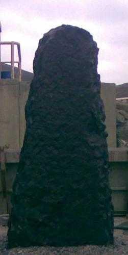 menir, menhir piedra natural negra, piedra gran tamaño, piedra gran formato, roca decorativa