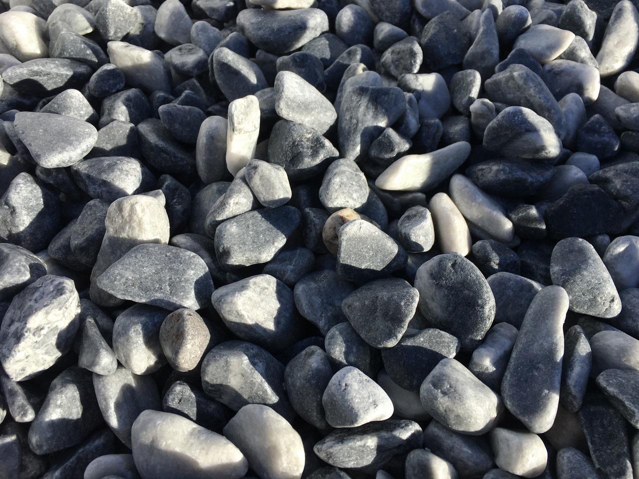 Piedras grises redondeadas para decorar jardines