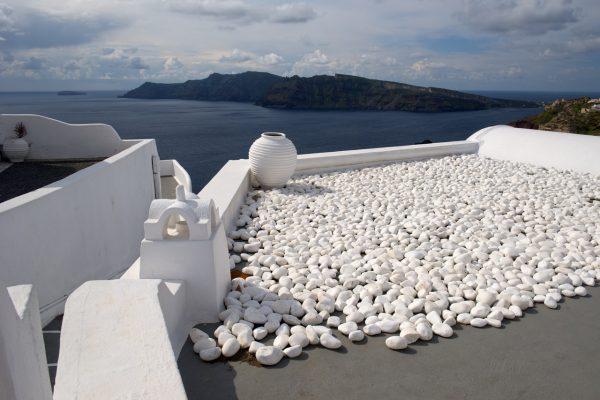 Cantos rodados blancos en el tejado o cubierta invertida