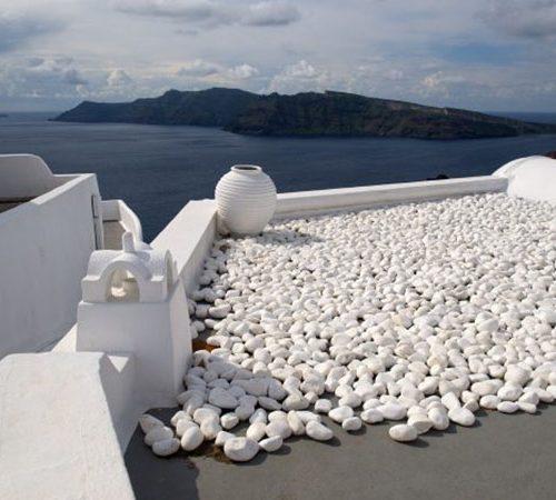 Piedras redondeadas blancas en tejado o cubierta invertida