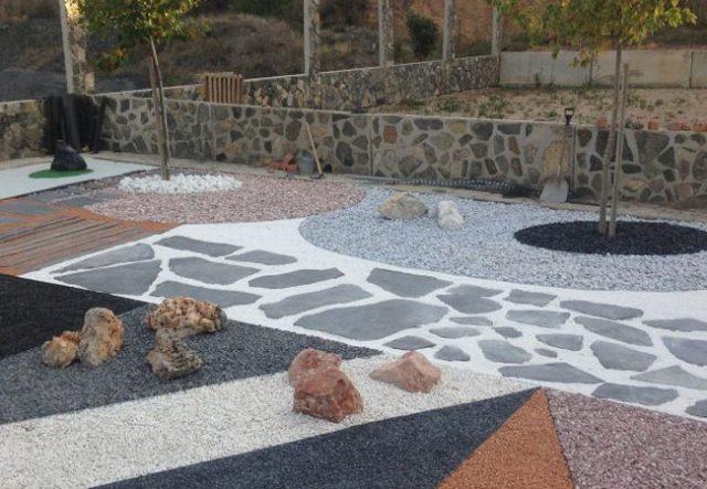 Jardín seco compuesto por variedad de piedras decorativas