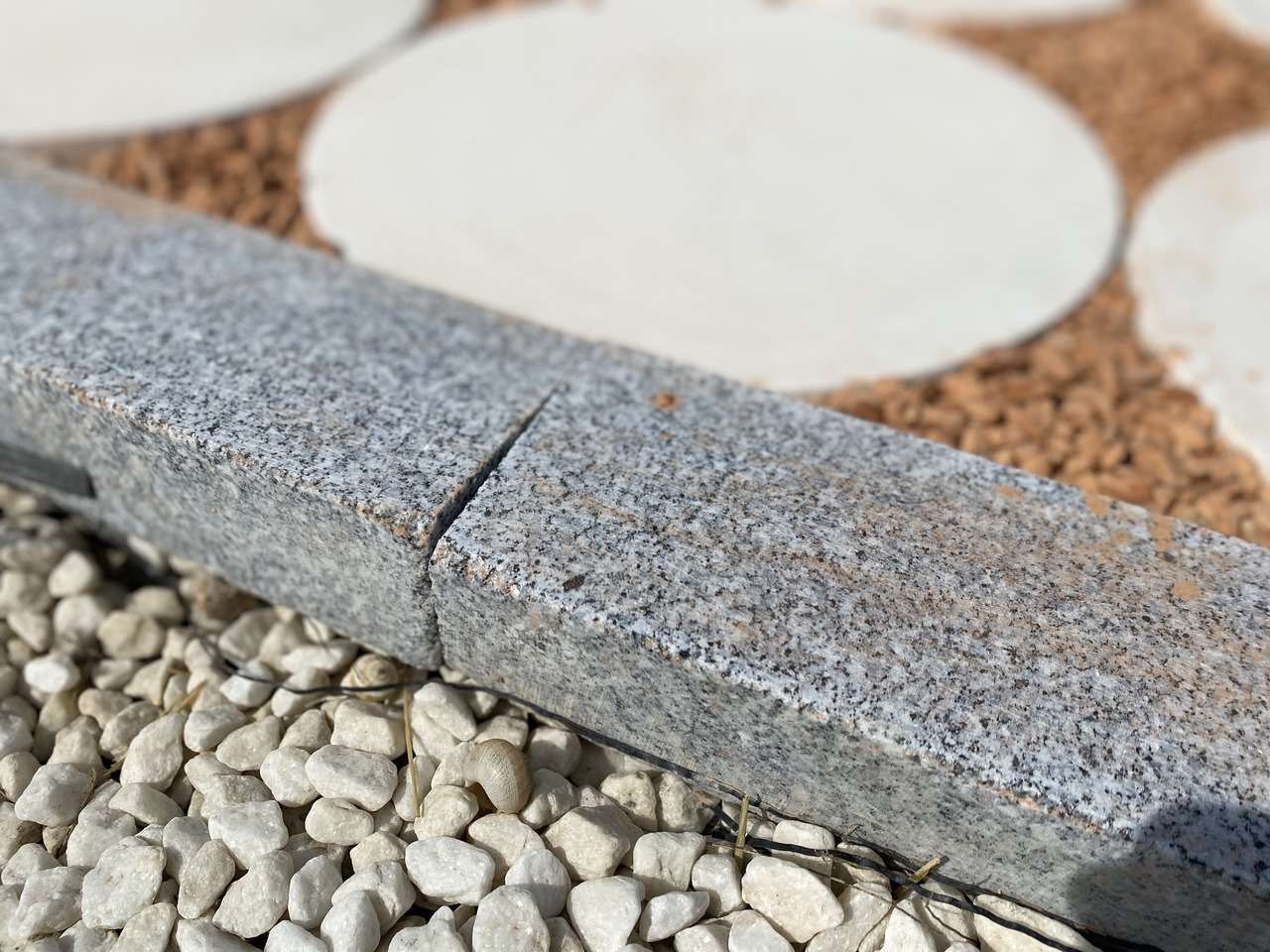 Gerade Bordsteine aus grau gesägtem Granit