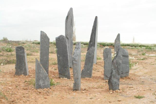 Monolitos y menhires de piedra pizarra