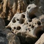 rocalla de color gris oscuro con muchos agujeros